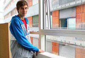 Simon Költringer ist bereits den dritten Sommer im Techno-Z und unterstützt die Haustechniker, hier beim Einräumen einer Studentenheim-Wohnung.