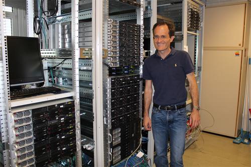 Rechenpower im Doppelpack: Peter Zinterhof vor dem Doppler-Cluster. Der Hochleistungsrechner besteht derzeit aus 40 Servern (teilweise mit GPU- und Xeon-PHI-Beschleunigern) mit jeweils 64 Rechenkernen und 7 Terabyte Arbeitsspeicher. Er bietet eine Rechenleistung von 20.000 Milliarden Rechenoperationen pro Sekunde.