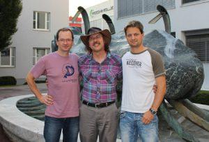 """Zufriedene Perl Workshop-Organisatoren mit """"Gueststar"""" Larry Wall (Mitte): Michael Kröll (li.) und Hagen Wieshofer (re.)."""