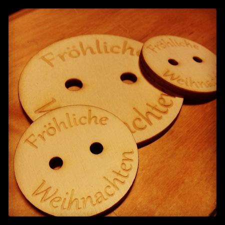 Mit dem Lasercutter kann man auch beschriften: auf Holz...