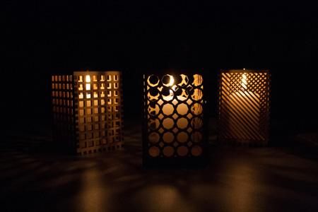 Windlichter mit unterschiedlichen Mustern, je nach Geschmack des Designers.
