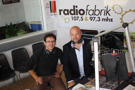 Im Radiofabrik-Studio: Christian Holzer (li) mit dem Vertrauens-Vorzeige- Unternehmer Albert Schmidbauer (Biogena).