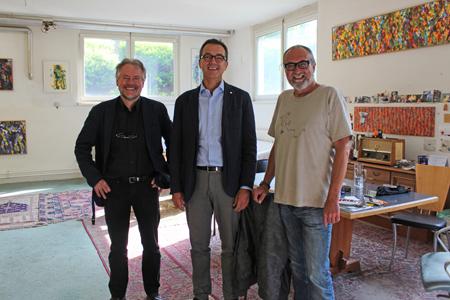 Der Künstler Peter Tschulnigg (re.) ist seit über zehn Jahren im Techno-Z Saalfelden und bot netterweise sein Atelier als inspierirende Umgebung für das Treffen an. Im Bild li: Ferenc Schmalzl und Werner Pfeiffenberger (Gf. Techno-Z)