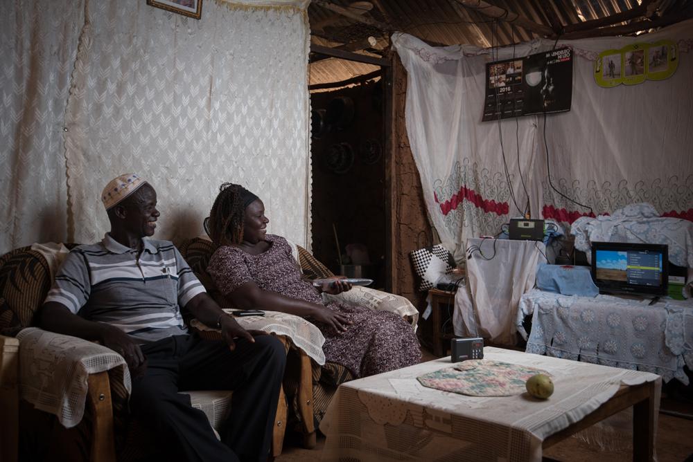 Daniel und Eunice Okumu aus Kisumu freuen sich über ihr neues Solar-TV-Gerät von M-KOPA (Bild: M-KOPA Solar/Allan Gichigi).