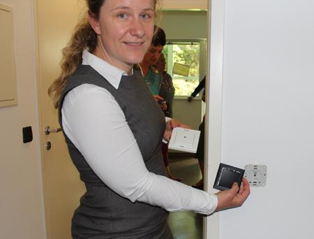 Cornelia Schneider von Salzburg Research weiß, dass einfache Mittel wie z.B. der mobile Lichtschalter den Alltag erleichtern. Er kann sogar am Rollator befestigt werden.