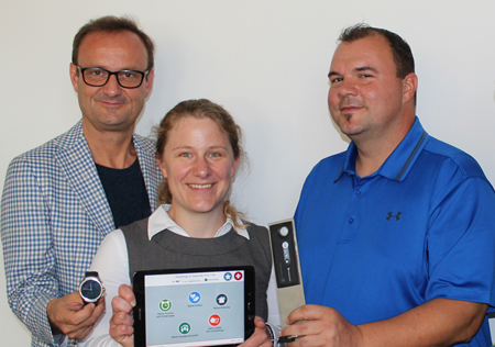 Hermann Hagleitner ( Hilfswerk Salzburg) mit Smartwatch, Cornelia mit Tablet und Bernhard Kaiser mit Herd-Sensor.
