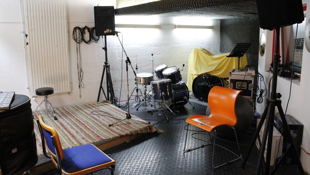 Der Musikraum im Jugendzentrum mit Bühne, Drum Set und Gesangsanlage
