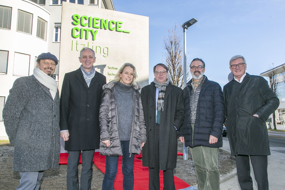 Science City Partner vor dem Eingangspylon zur Science City