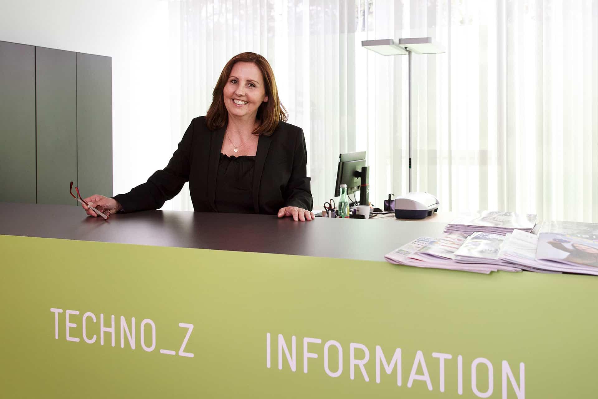 Natascha Pogatschnig stehend hinter dem Pult in der Techno-Z Information