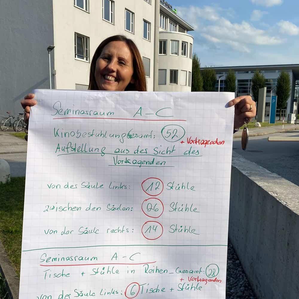 Natascha Pogatschnig stehend im Freien mit Plakat